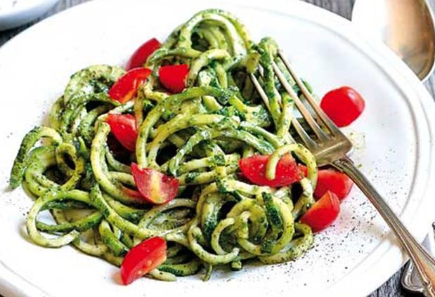 Spaghetti di zucchine con pesto e pomodorini